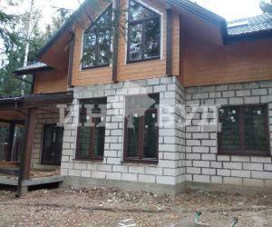 Установка окон в комбинированном доме из клееного бруса и пеноблоков