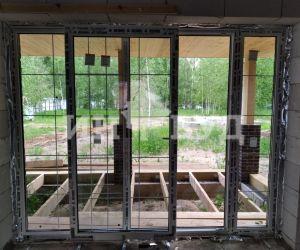 Белые окна Инвуд в доме из блоков