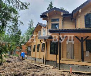 Закончены работы по остеклению деревянными окнами дома из бруса
