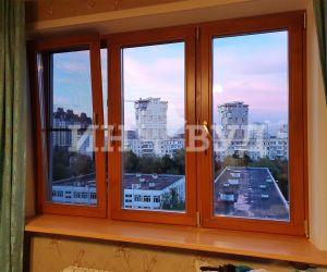 Фотография установленного окна из дерева в типовой новостройке Москвы