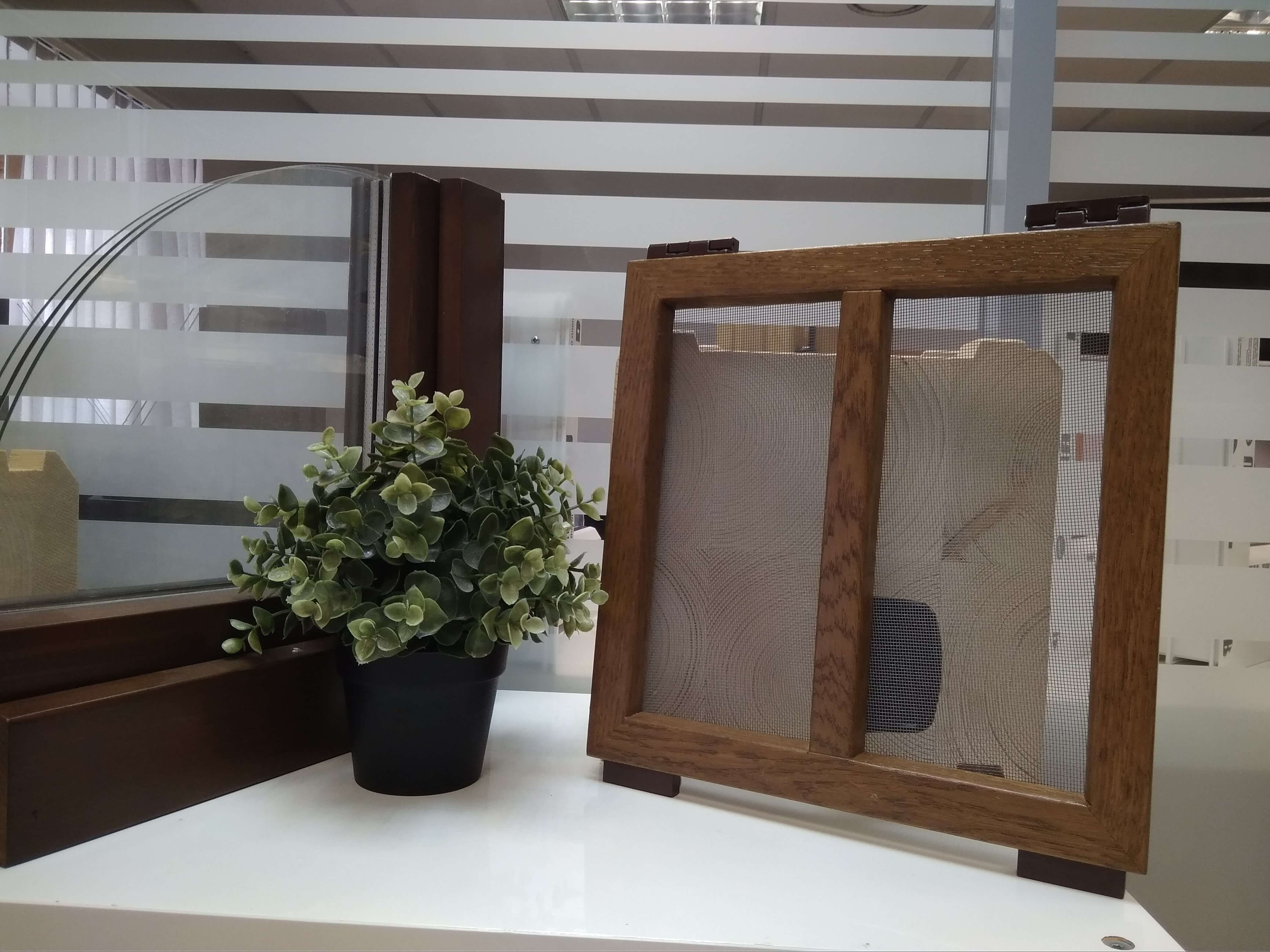 Москитная сетка разработанная Инвуд для окон из дерева собственного производства