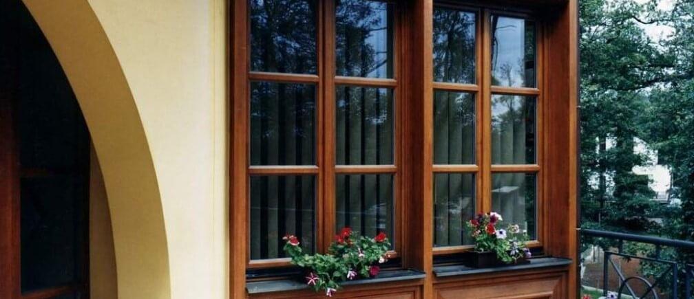 Вот прекрасное оформление деревянных окон от ценителя экологии
