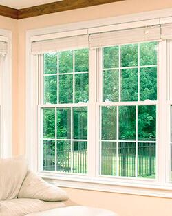 Пластиковое и деревянное окно со шпросами
