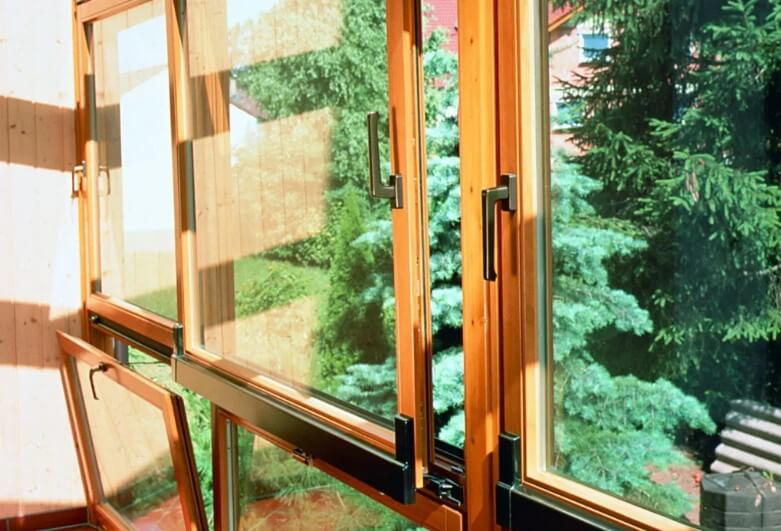 Функциональность деревянного евроокна в доме у бабушки