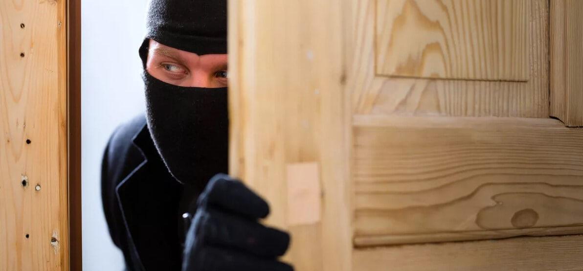 Грабитель залез через деревянное окно, страх моей бабушки