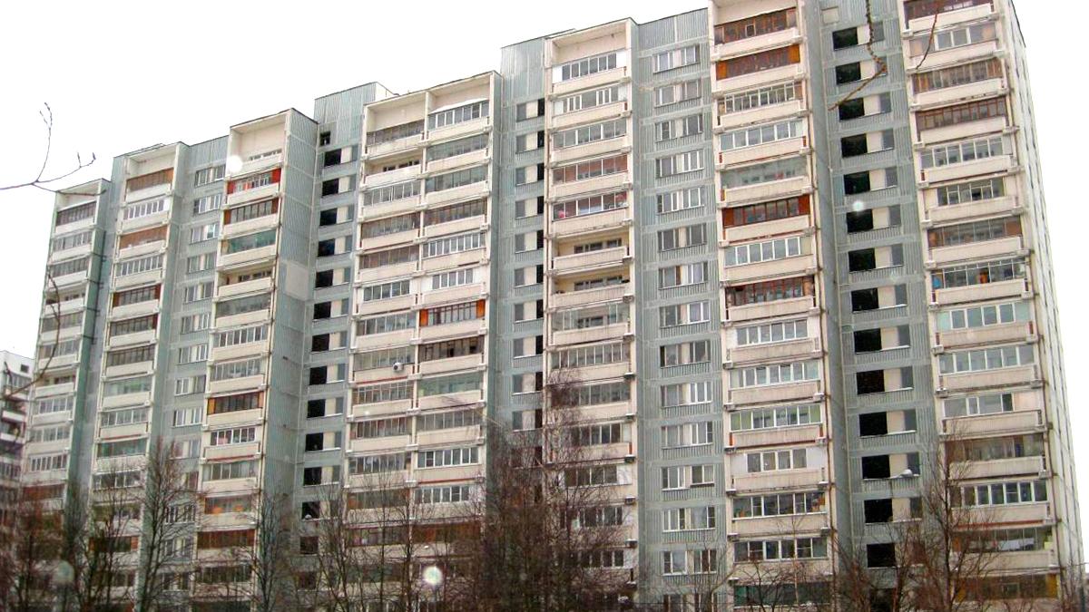 Фотография панельного дома серии И-522А в Москве. остекление деревянными окнами. Инвуд