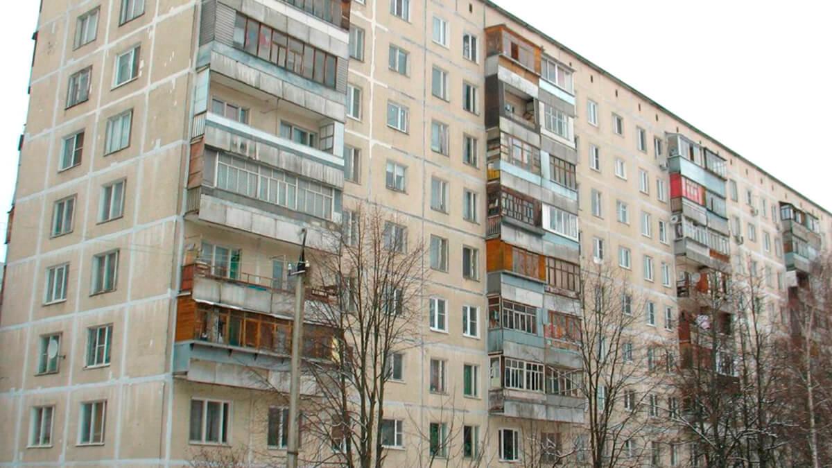фотография дома 1-515-9М панельного с деревянным остеклением лоджии и балкона