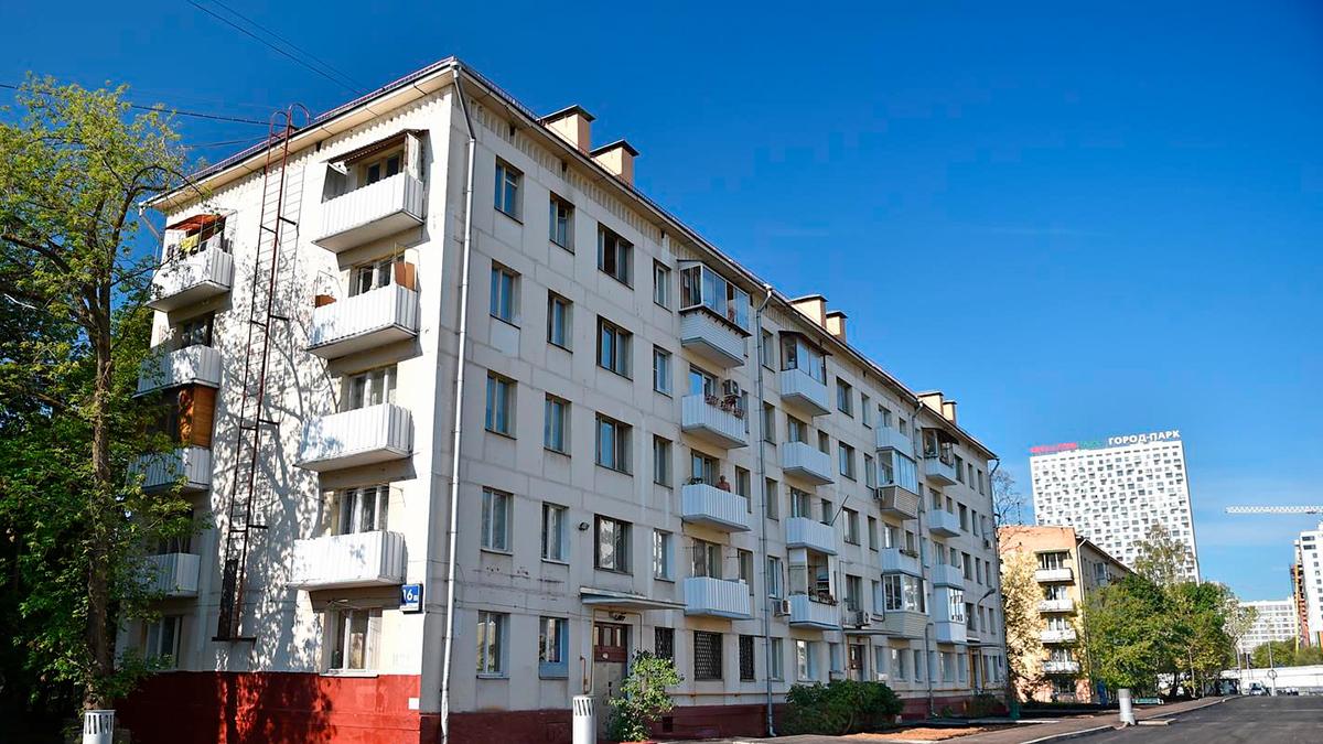 Старая Хрущевка дом серии с остеклением деревянным. Москва