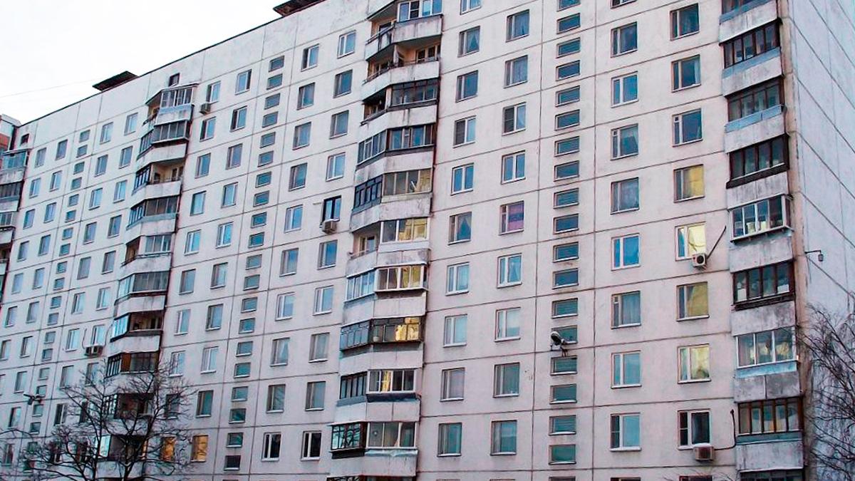 фотография панельного дома серии ii-57 в Москве, белого цвета.