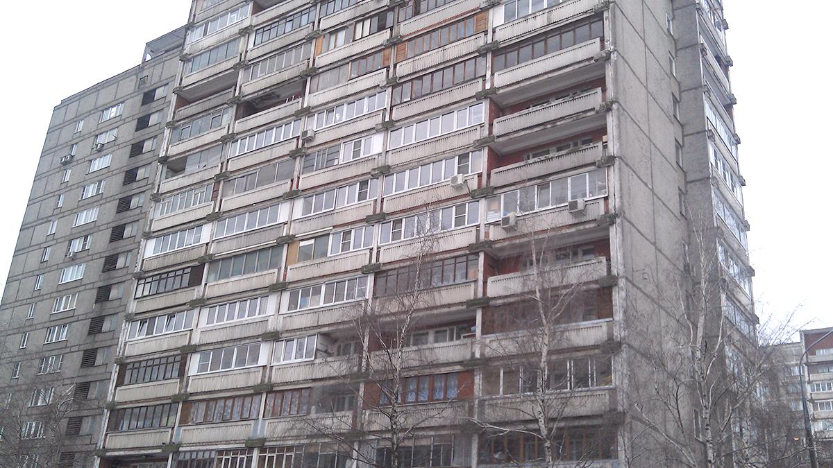 II-68-2 панельные дома остеклены деревянными окнами. Серия многоэтажных домов. Фото.