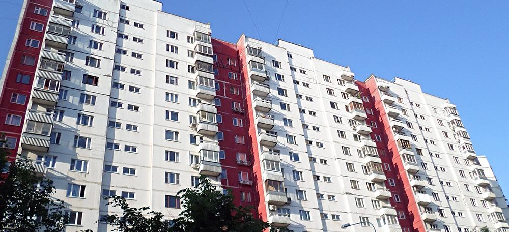 Красно белый дом. Фотография серии П-3 в Москве с деревянными окнами