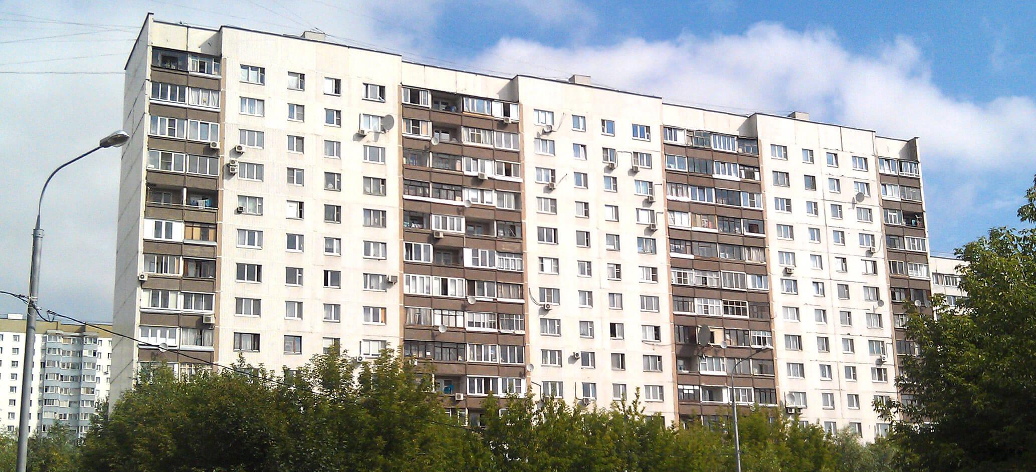 белый панельный дом серии П-30, остекление балкона (лоджии) серии П30 в Москве