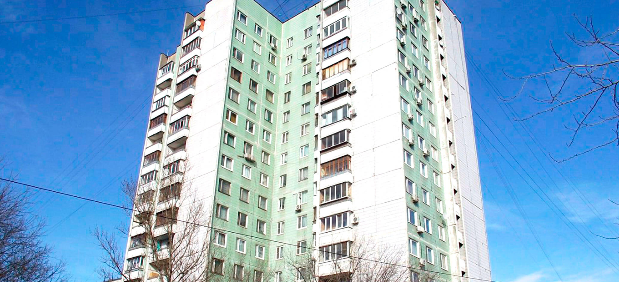 Фото дома серии П 42 в Москве, фото полностью, бело зеленое здание