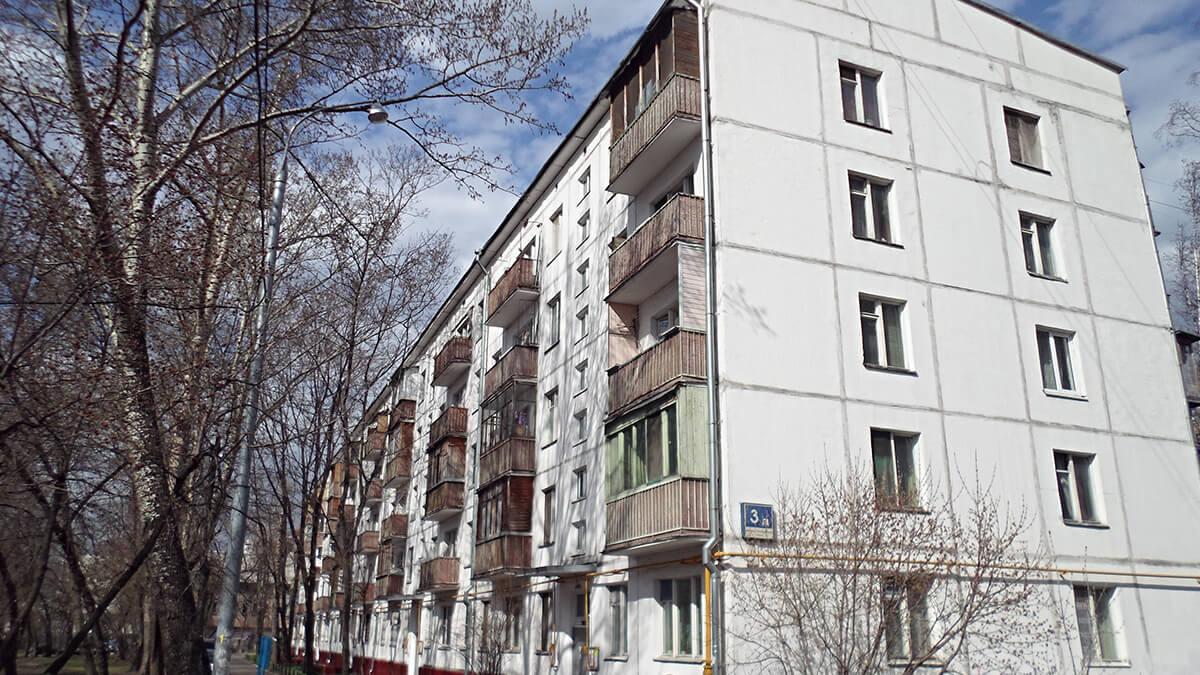 Дом 1-515/5 панельный, белый, фото с улицы. окна пвх инвуд