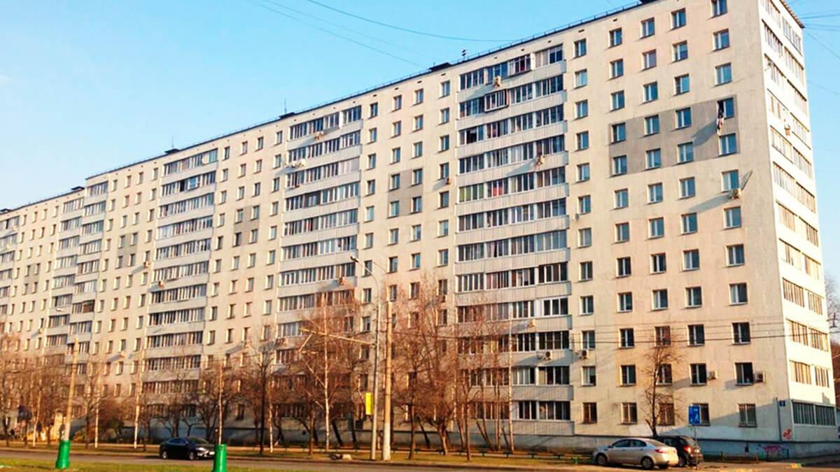 фото белого панельного дома в Москве серии 1605/12 с большими лоджиями и окнами ПВХ