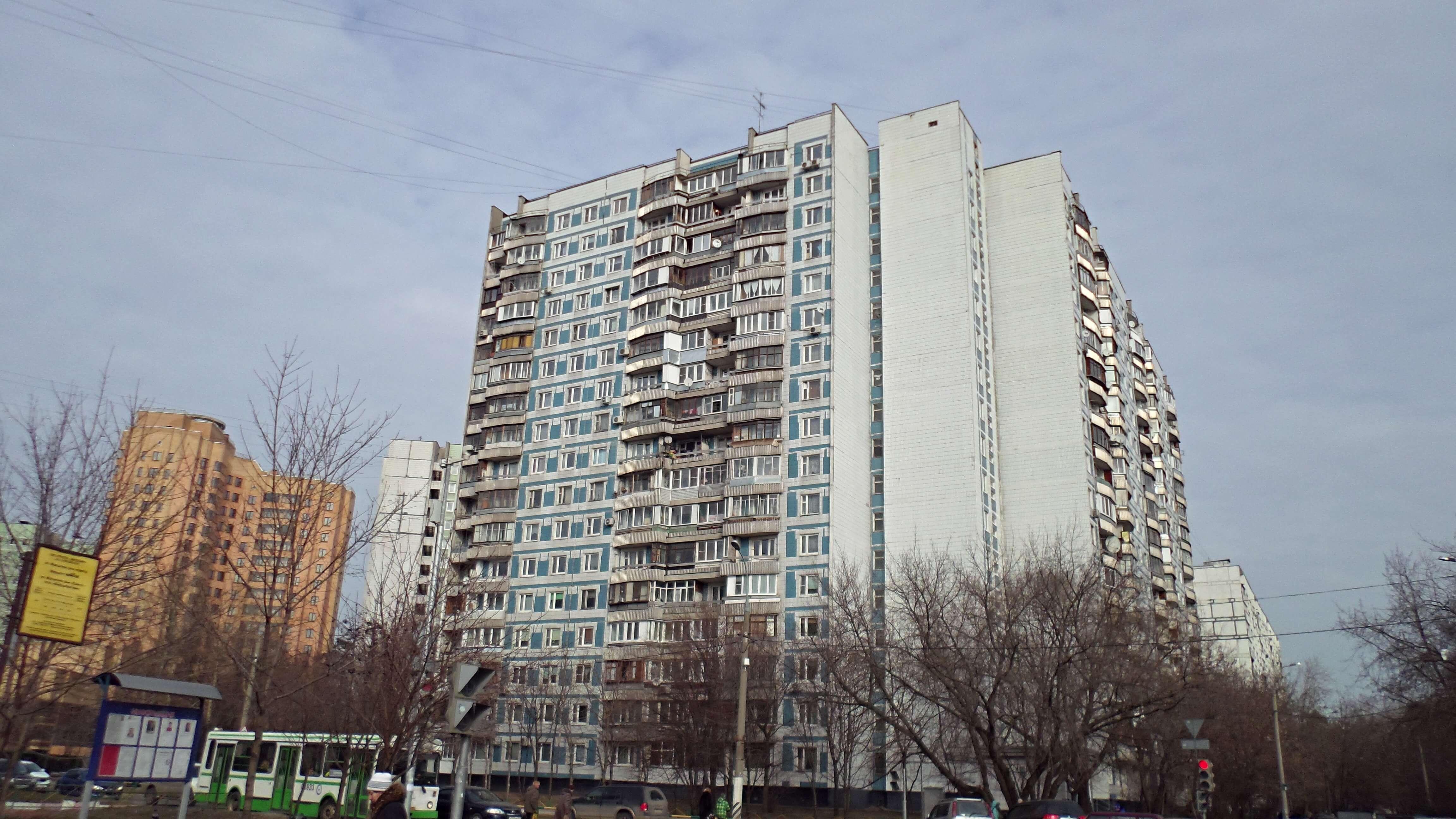 Фотография панельного дома серии П-44 бело-голубого цвета, высотное здание