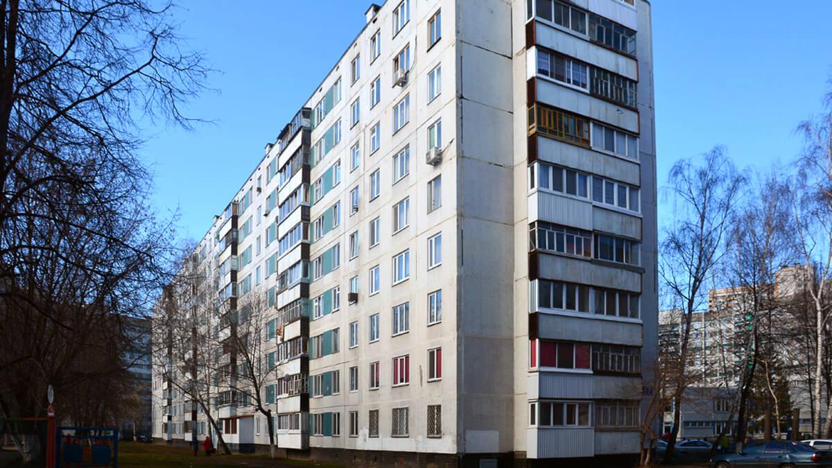 на фотографии панельный дом старый серии ii-49 с угловыми балконами и окнами ПВХ