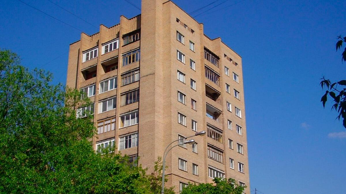 Дом серии Москворецкая, кирпичный с окнами пвх белыми.