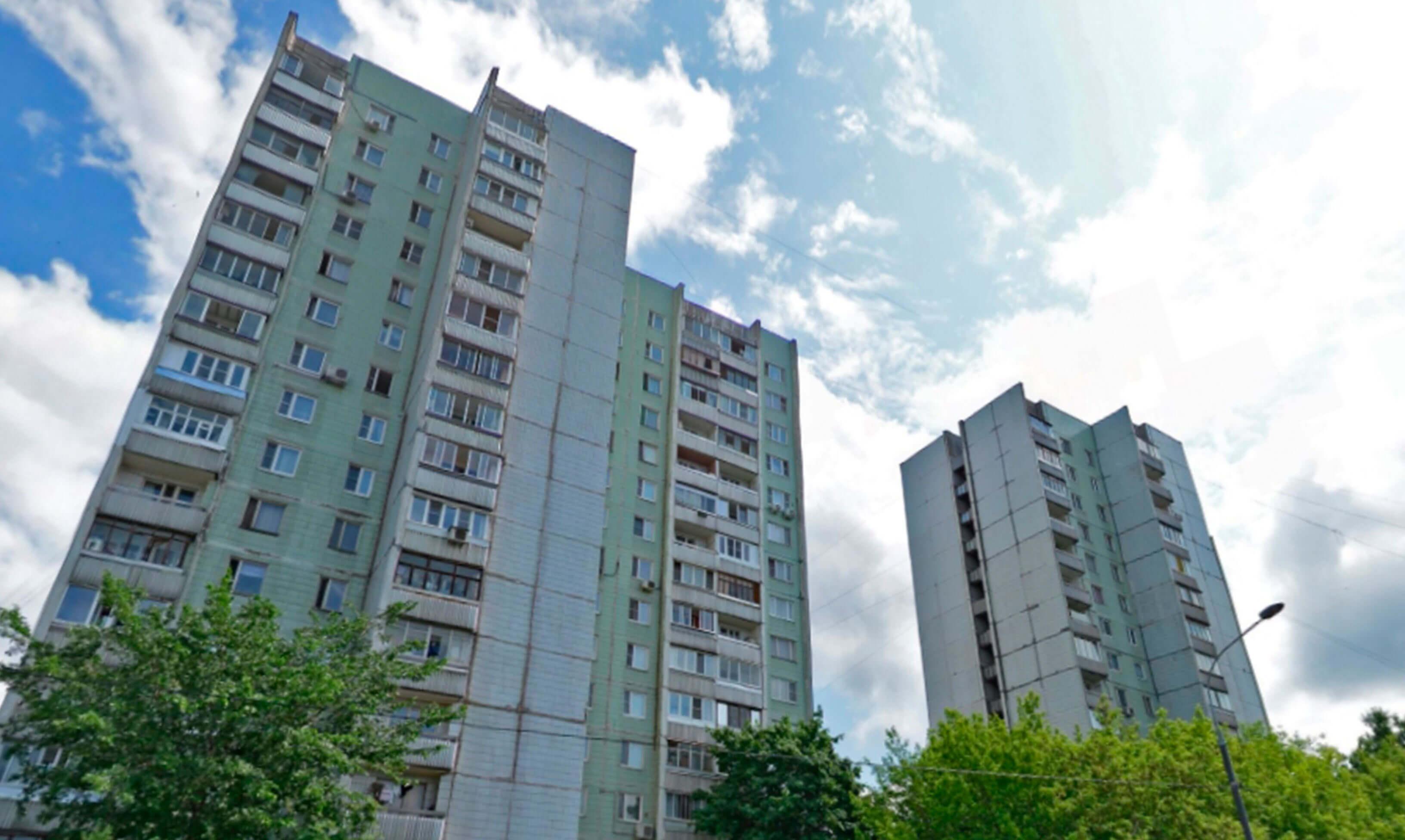зеленый панельный дом серии П-43, балконы и лоджии с остеклением в Москве