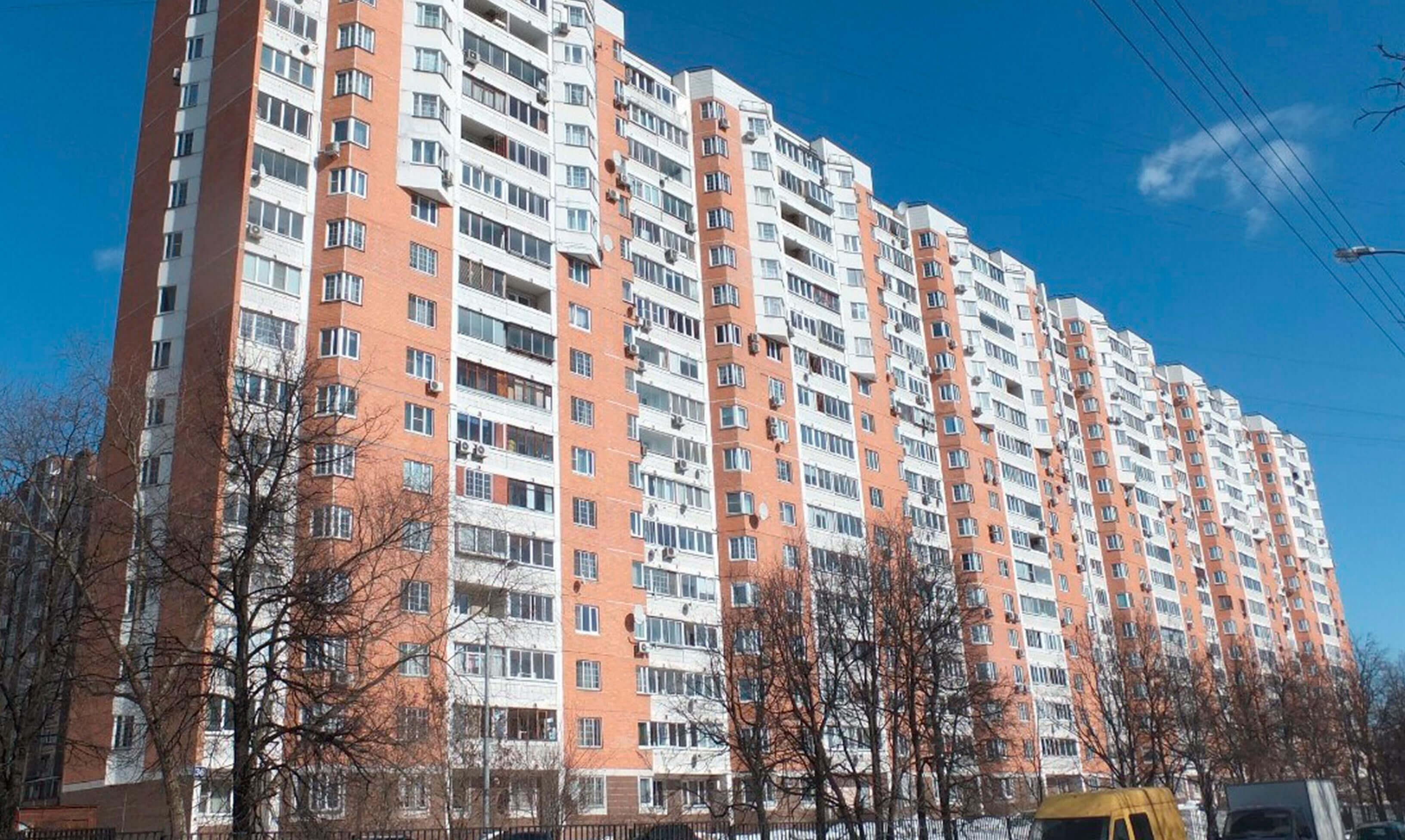 на фото красный панельный дом серии П-44М, с белыми балконами 44М относительно новая серия
