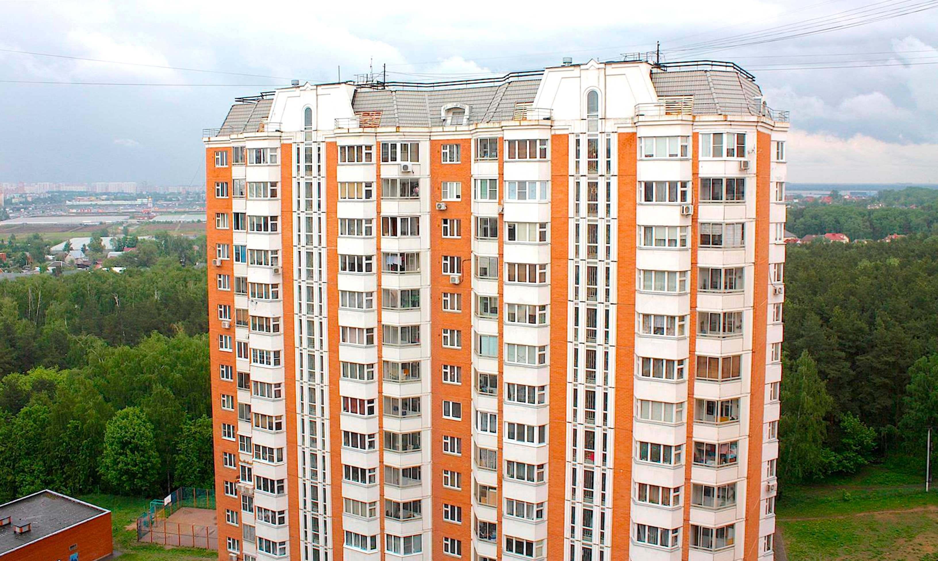 Фото дома серии П-44Т, красно белый, высотка П44Т в Москве, яркое фото