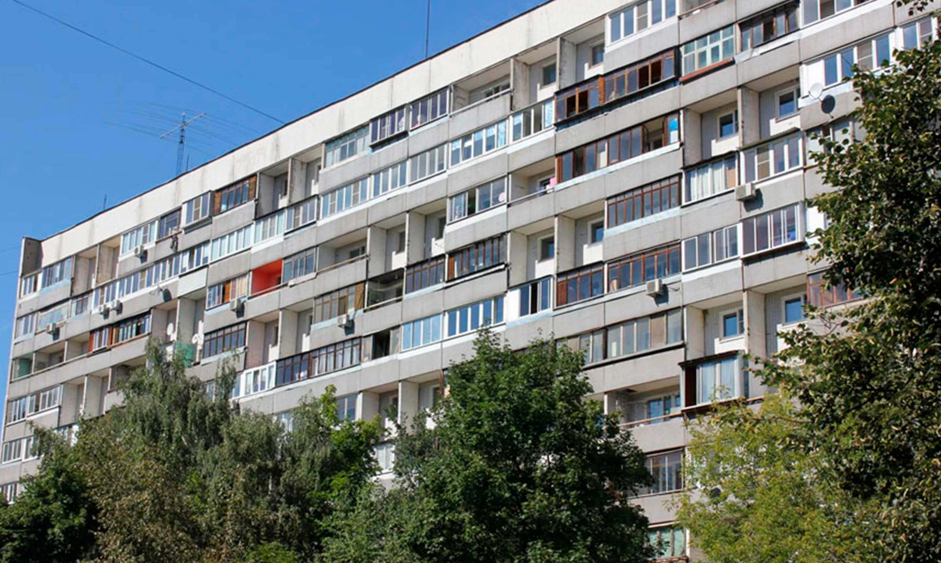 Панельный дом П-46 серия, балкон и лоджия есть. Фото на улице в москве