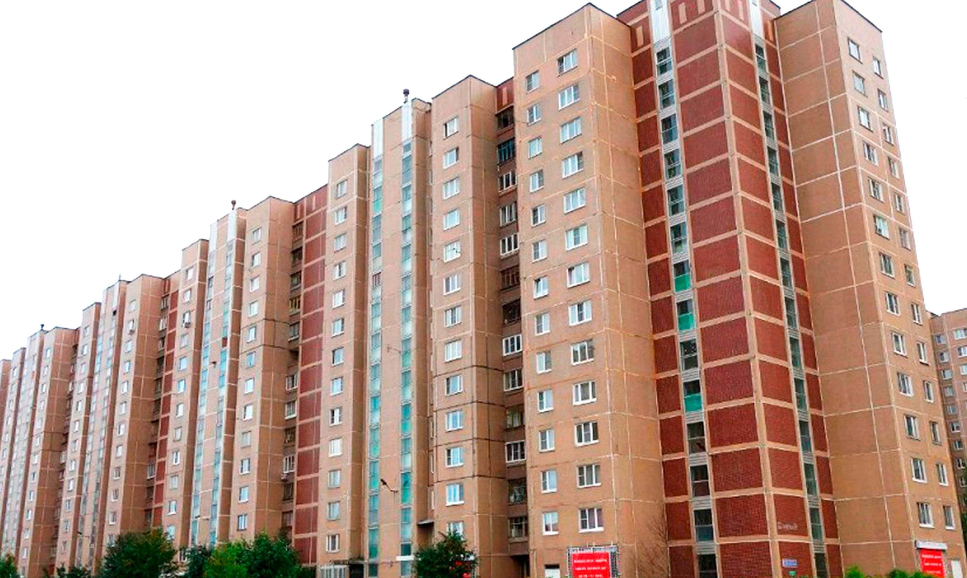Красный панельный дом серии П-55 с окнами ПВХ от Рехау. остекление теплое или холодное на выбор. Фото