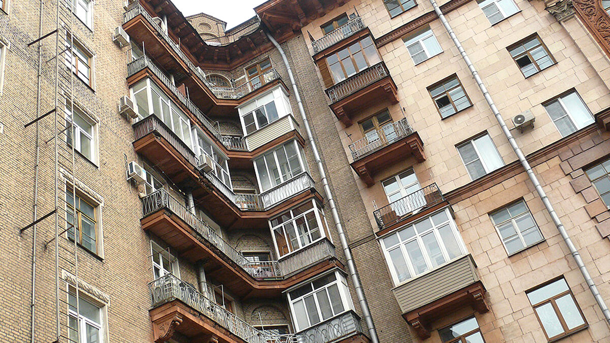 Фото балкона в сталинке, Москва. Серое здание. Окна ПВХ