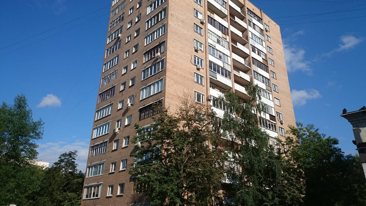 Фото дома серии башня Вулыха в Москве. Остекление лоджии белым пвх