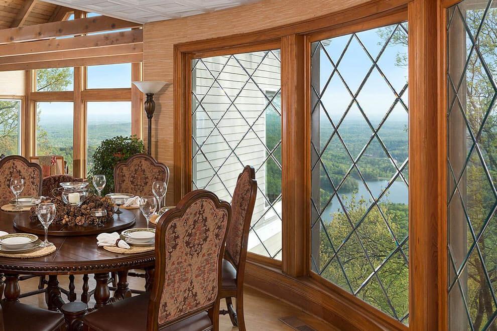 Как выглядит окно из сосны в квартире или доме