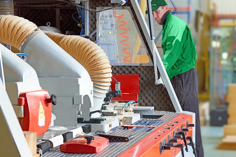 Сотрудник производства деревянных евро окон в Москве компании ИНВУД, производство Inwood
