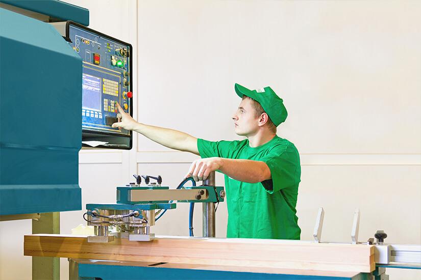 Изготовление и производства деревянного окна. Фото компании Инвуд в Москве. Рабочий производства.