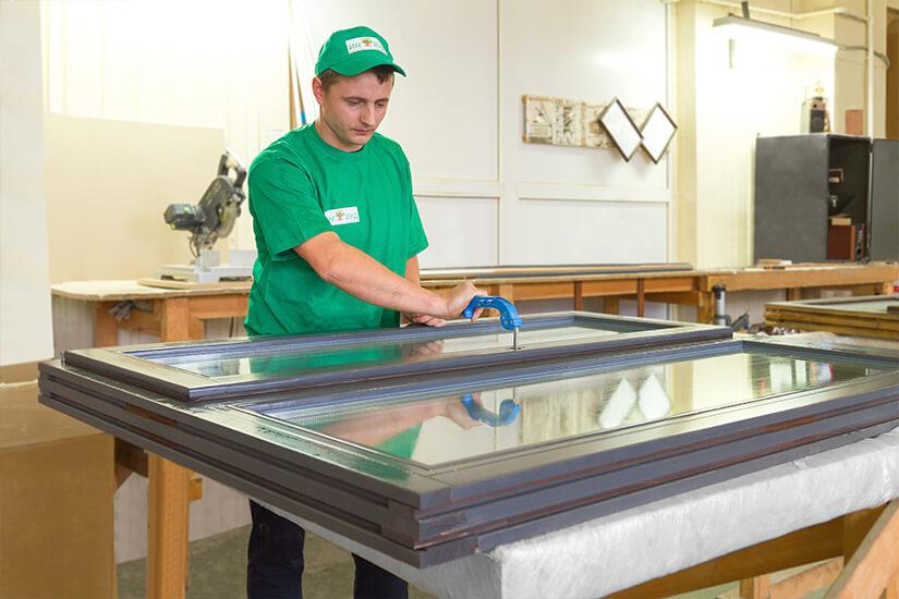 На фотографии процесс изготовления деревянного окна ИНВУД - Inwood в Москве
