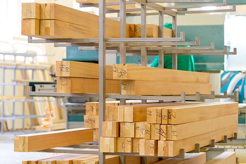 Оконное производство. На фото склад древесины для производства. Сосна, дуб, лиственница, клееный брус.