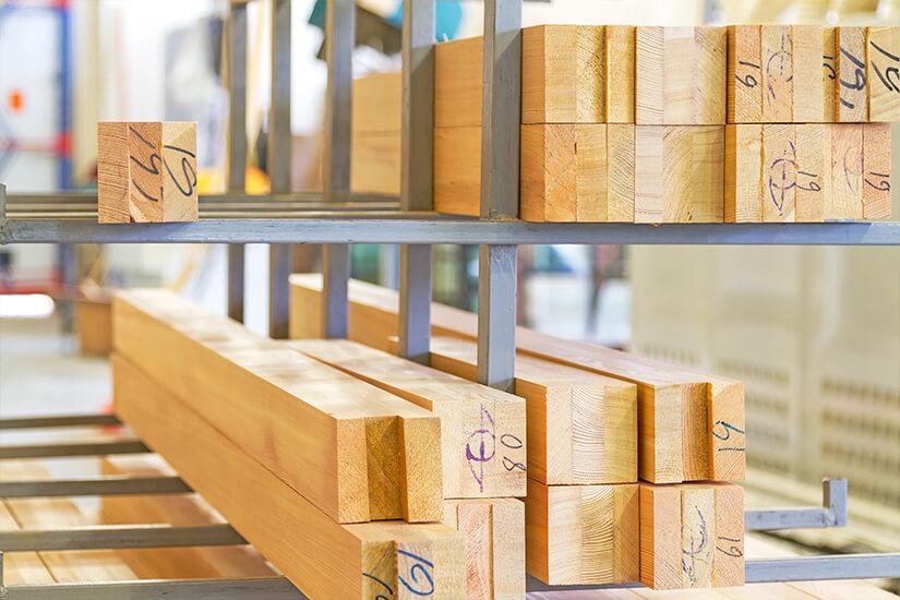 Клееный брус, лиственница, сосна и дуб на полках производства деревянных окон от Инвуд - Inwood